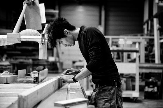 Fonga Kuo aan het werk in zijn werkplaats | fonga woodworks